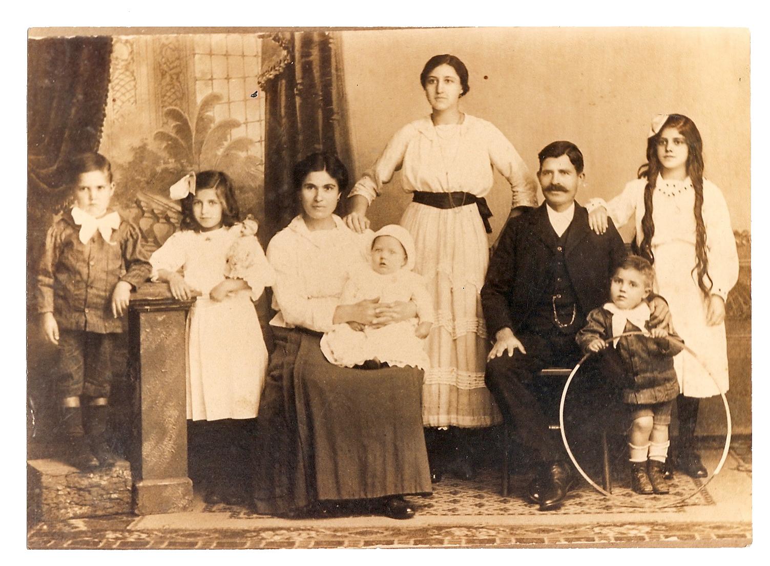 где найти архивные фото родственников телеведущий никогда